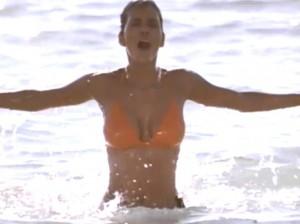 Chica Bond en el agua